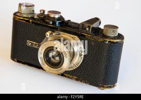 Ce millésime, 35mm Leica Ia camera est une icône historique et a été utilisée pendant des années par les journalistes Banque D'Images