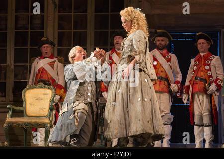 Londres, Royaume-Uni. 25/09/2015 Kathryn.Rudge comme Rosina avec Eleazar Rodriguez comme le Comte Almaviva. Répétition Banque D'Images