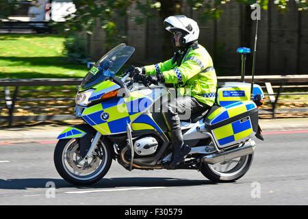 Metropolitan policier patrouillant sur une BMW moto dans Park Lane London England UK Banque D'Images