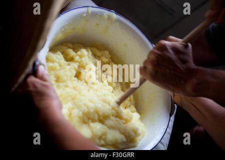 Deux personnes préparation boulettes de pommes de terre allemande, appelé Klöße Banque D'Images