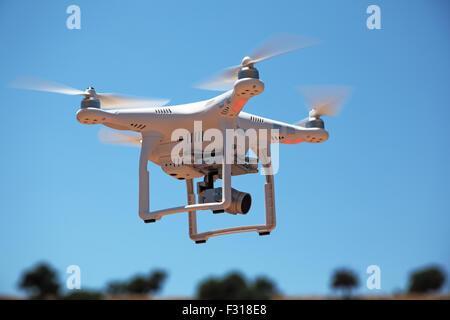 Low angle view of drone avec camera voler contre le ciel Banque D'Images