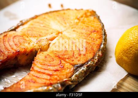 Poisson rouge grillé Steak de saumon sur papier, vue supérieure verticale close-up Banque D'Images
