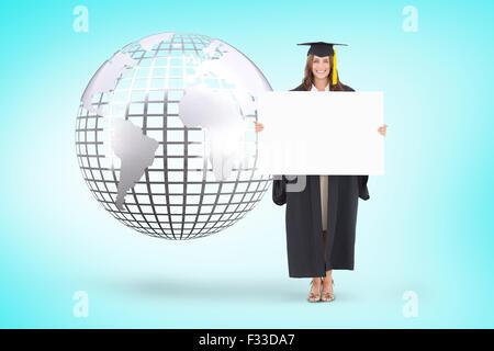 Composite image d'une femme tenant une feuille blanche devant elle comme elle sourit Banque D'Images