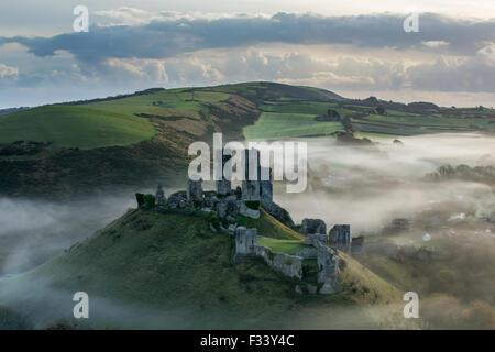 Château de Corfe dans la brume, Corfe, Dorset Banque D'Images