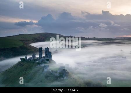 Château de Corfe dans la brume à l'aube, Dorset, Angleterre Banque D'Images