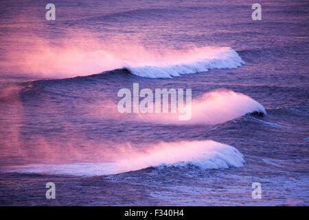 Vagues se brisant sur la plage à l'ouest de Dyrhólaey au crépuscule, l'Islande Banque D'Images