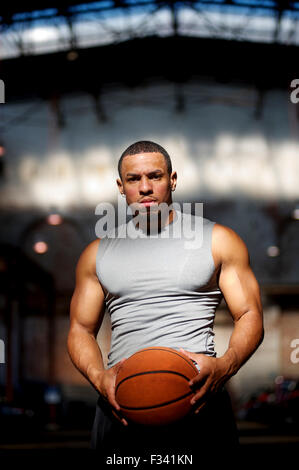 Un joueur de basket-ball et formateur pose pour portrait. Banque D'Images