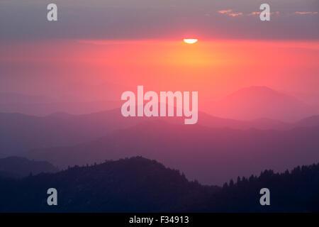 Coucher de soleil sur la Sierra Nevada de Moro Rock, Sequoia National Park, Californie, USA Banque D'Images