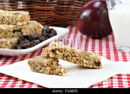 Une barre granola, raisins, pommes et lait collation. Banque D'Images
