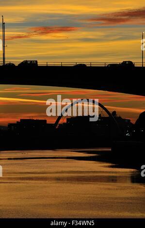 Glasgow, Ecosse, Royaume-Uni. Sep 29, 2015. S'allume au coucher du soleil le long de la rivière Clyde Glasgow silhouetting le Kingston Bridge et le Clyde Arc, connu localement sous le pont aux Crédit: Tony Clerkson/Alamy Live News