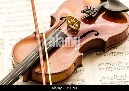 Un violon marqué Thouvenel, Paris, à partir de vers 1800, avec une proue vuillaume à côté, reposant sur un fond Banque D'Images