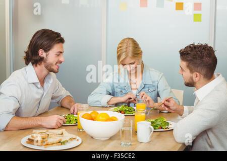 Les gens d'affaires du déjeuner in office Banque D'Images