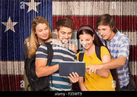 Image composite d'étudiants using digital tablet at college du corridor de Banque D'Images