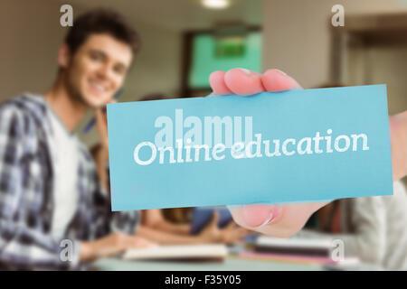 L'éducation en ligne contre smiling friends sitting l'étude et à l'aide de tablet pc Banque D'Images