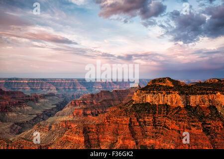 La chaleur du soleil de la lumière sur le bord nord de l'Arizona's Grand Canyon National Park de Bright Angel Point. Banque D'Images
