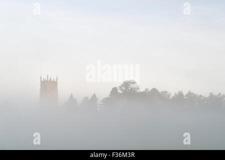 Saint James Church dans le brouillard d'automne. Chipping Campden, Gloucestershire, Cotswolds, en Angleterre