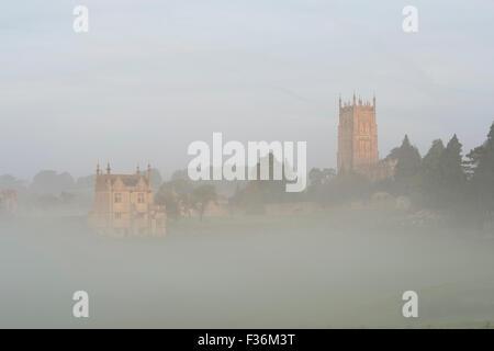 Orient Banqueting House et Saint James Church dans le brouillard d'automne. Chipping Campden, Gloucestershire, Cotswolds, en Angleterre