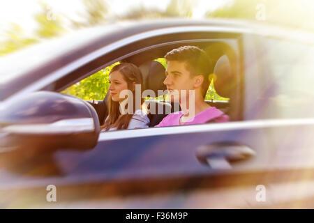 Couple heureux dans la voiture Banque D'Images