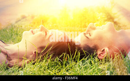 Young happy couple lying in the sun Banque D'Images