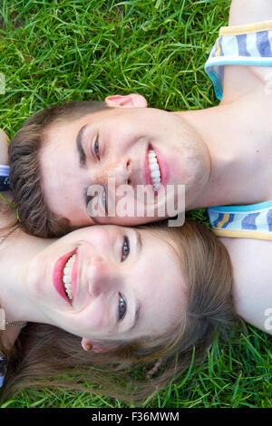 Heureux, jeune couple sur un pré Banque D'Images