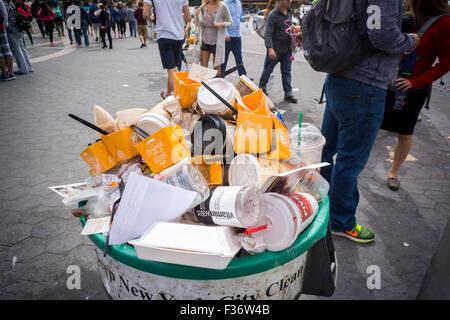 Les contenants vides de remplir une poubelle à un panda Express un évènement promotionnel à Columbus Circle à New Banque D'Images