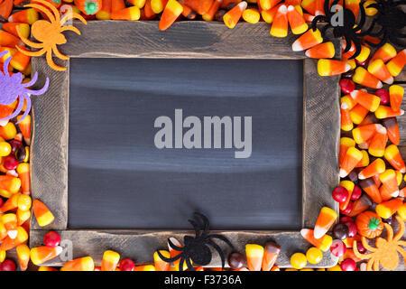 Bonbons d'Halloween cadre autour de tableau de l'espace vide pour votre texte Banque D'Images