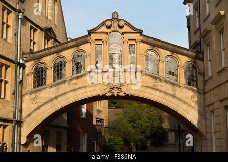 Le Pont de Hertford, populairement connu comme le Pont des Soupirs, New College Lane, Oxford, Oxfordshire, Angleterre. Banque D'Images