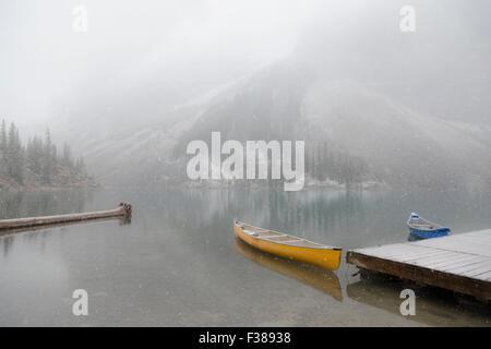 Neige précoce en septembre, le lac Moraine dans la vallée des Dix-Pics, Banff National Park, Alberta, Canada, Amérique Banque D'Images