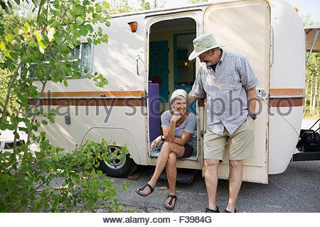 Couple à l'entrée de camping-trailer Banque D'Images