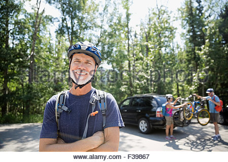 Portrait of smiling senior homme portant un casque de vélo de montagne Banque D'Images