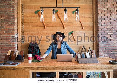 Portrait confiant propriétaire de l'entreprise derrière compteur dans shop Banque D'Images