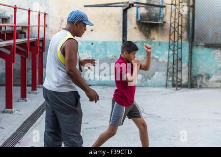Un jeune garçon à l'entraînement à la salle de sport, Rafael Trejo à La Havane, Cuba. Banque D'Images