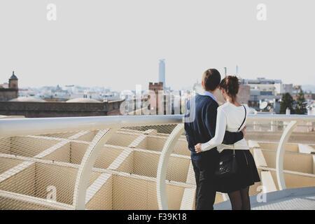 Portrait d'un jeune couple à la recherche d'une vue sur la ville, à Séville, Andalousie, Espagne Banque D'Images