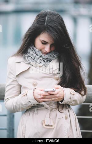 Portrait d'une femme des SMS sur son téléphone portable