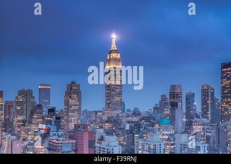 Vue sur l'Empire State Building à la tombée de la 55ème avenue à Manhattan. Banque D'Images