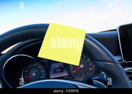 Rappel en blanc dans une voiture Banque D'Images