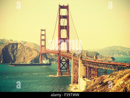 Vieux film retro style Golden Gate Bridge à San Francisco, USA. Banque D'Images