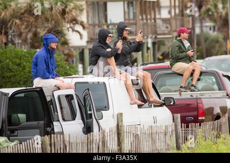 Folly Beach, Caroline du Sud, USA. 2 octobre, 2015. Spectateurs regarder les surfeurs ride de grosses vagues à la Banque D'Images