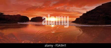 Espagne: le coucher du soleil à Cathedral's Beach Banque D'Images
