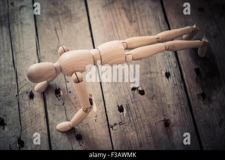 Figurine en bois manivelle pratique sur une vieille table en bois. Banque D'Images