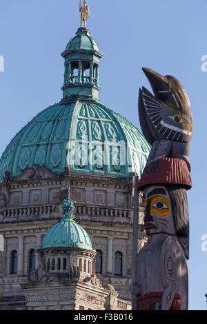 Totem en face de la coupole de l'édifice du Parlement de l'île de Vancouver, Victoria, British Columbia Canada