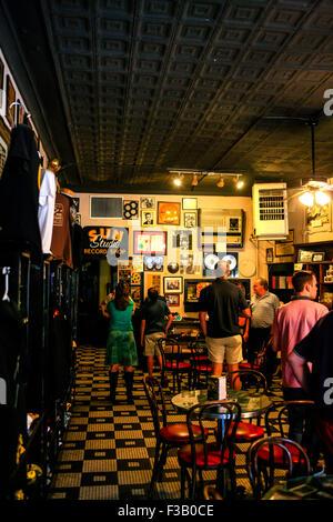 Les gens s'imprégner de l'atmosphère dans le Sun Studio museum et un café au 706 ave, Memphis Tennessee Union Banque D'Images