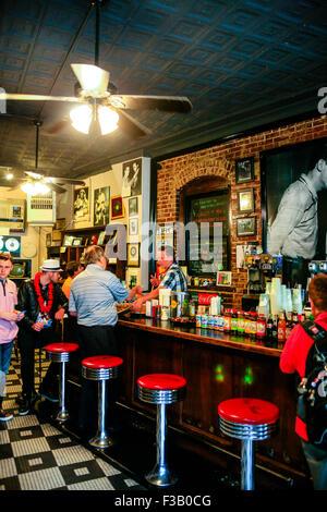 Les gens s'imprégner de l'atmosphère dans le Sun Studio museum et un café au 706, avenue de l'Union, Tennessee Memphis, Banque D'Images