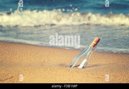 La mer Photo d'un message dans la bouteille avec un filtre instagram vintage retro Banque D'Images