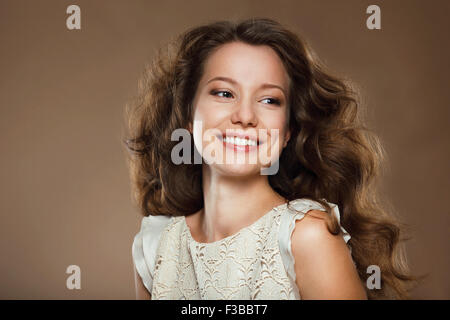 Sourire à pleines dents. Portrait of Happy jolie brunette Banque D'Images