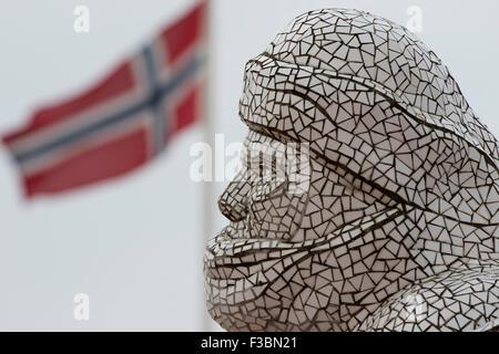 La baie de Cardiff. Jonathon Williams' 2003 mosaïque sculpture de l'Antarctique, 100, donne sur le point où le navire Banque D'Images