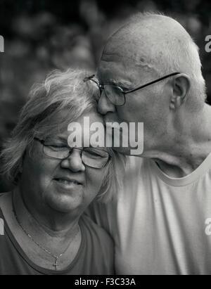 Un couple partageant un moment fermer Banque D'Images
