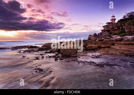 Côte de l'océan pacifique de l'Australie près de l'entrée du port de Sydney - south head phare Hornby à lever du Banque D'Images