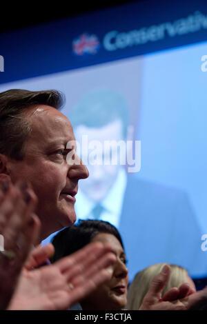Manchester, UK. 5e octobre 2015. Le très honorable David Cameron, MP, Premier Ministre, Premier Lord au trésor , Ministre de la fonction publique, l'applaudit un discours prononcé par le très honorable George Osborne MP, Premier Secrétaire d'État, chancelier de l'Échiquier au jour 2 de la 2015 conférence du parti conservateur à Manchester. Credit: Russell Hart/Alamy Live News.