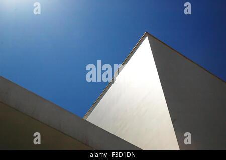 Mur bâtiment reflétant la lumière du soleil Banque D'Images